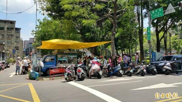「公園粉條甜品專賣」前身是公園一路粉條冰,過去在路邊擺攤車,生意好到常常可見排隊人龍。(擷取自公園一路粉條冰臉書粉專)