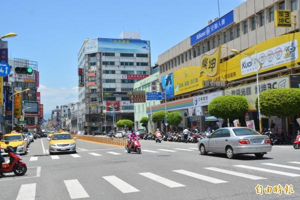 花蓮部分縣議員認為交通錐縮減道路利用率,除會影響交通流暢,也恐危及民眾的行車安全,建議全面更改為固定式「防撞桿」。(記者王峻祺攝)