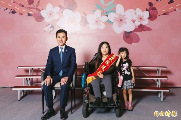 阮汶芳罹患小兒麻痺,又要照顧2名稚子,每天不分陰晴到銀行前賣刮刮樂彩劵,雖辛苦她卻看得很坦然。(記者王駿杰攝)