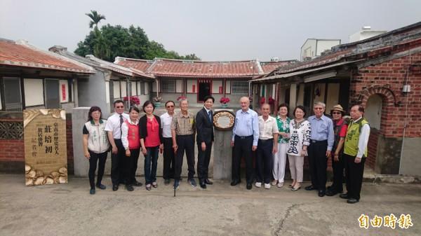 台南市歷史名人莊培初在佳里營頂里的故居今天掛牌。(記者楊金城攝)