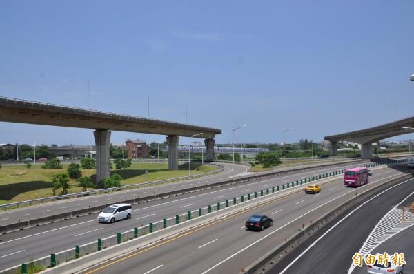 國道二號大園交流道至台十五線新闢高速公路工程開工動土,讓飽受批評多年的「天空斷橋」終於有解。(記者周敏鴻攝)