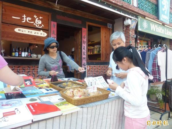 有吃、有看,金門十六藝文特區的希望市集,讓進場的大小朋友感受不同的驚喜。(記者吳正庭攝)