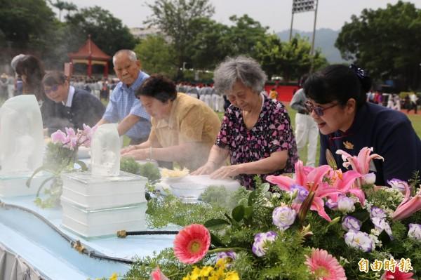 賴碧美(右五)帶著年邁父母和婆婆參加浴佛大典,悉心示範動作。(記者陳鳳麗攝)