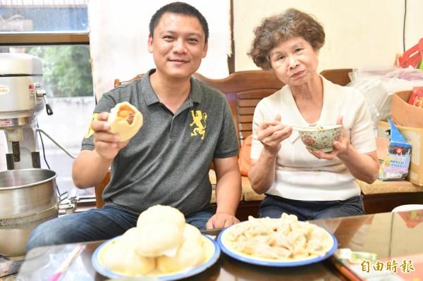 常客們對包子水餃讚譽有佳。(記者蔡宗憲攝)