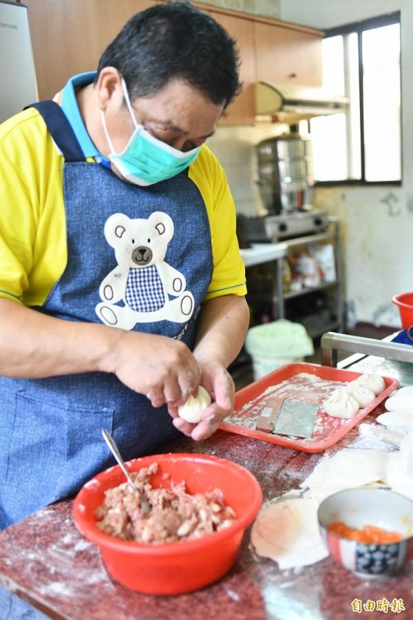 包子從麵皮開始製作、包餡都純手工。(記者蔡宗憲攝)
