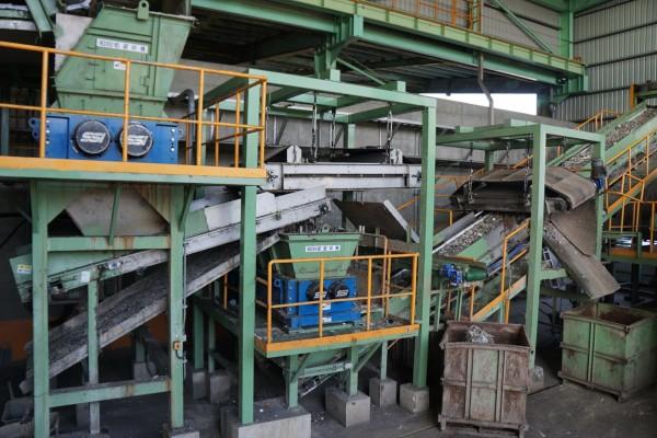 正隆公司后里廠內正把夾雜有各類廢棄物的廢紙進行回收再處理。(圖由新竹縣政府提供)