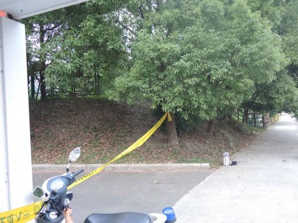 男子在樹林內上吊輕生,警方拉起封鎖線調查。(記者曾健銘翻攝)