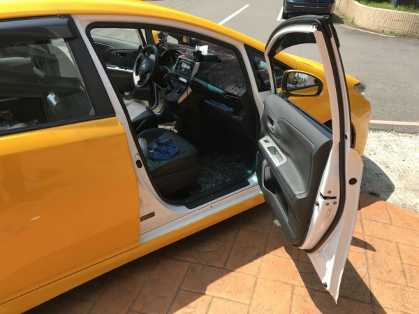 被破壞車窗修理費用高,讓受害運將氣炸。(記者李容萍翻攝)