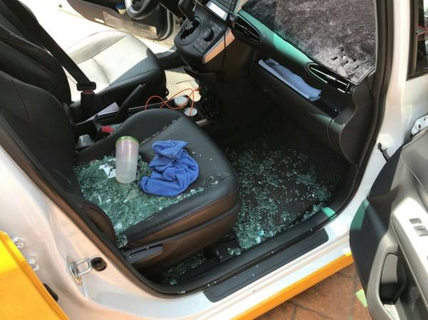 蔡姓男子專挑計程車下手,車內現金損失事小,被破壞車窗修理費用高,讓受害運將氣炸。(記者李容萍翻攝)