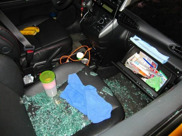由於蔡男專挑計程車下手,計程車車內的現金損失事小,被破壞車窗修理費用高,讓受害運將氣炸並決議向蔡男索賠。(記者李容萍翻攝)