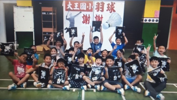 收到「戴資穎榮登世界球后」的紀念T恤,大王國小羽球隊高興的不得了。(記者陳賢義翻攝)