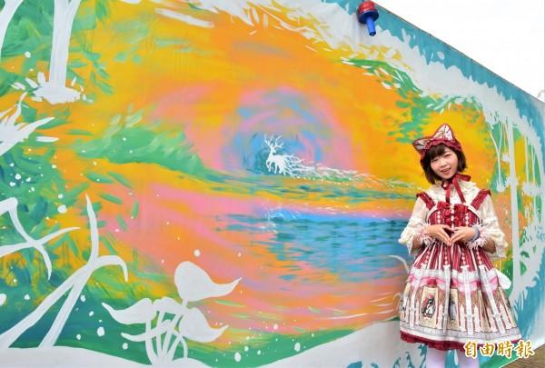 宜蘭市公所邀請五名插畫及塗鴉藝術家,為工地圍籬彩繪,宜蘭縣籍的創作者「Cat伶」,以森林、動物為主題,創作頗具奇幻風個的神獸動物園作品。(記者張議晨攝)