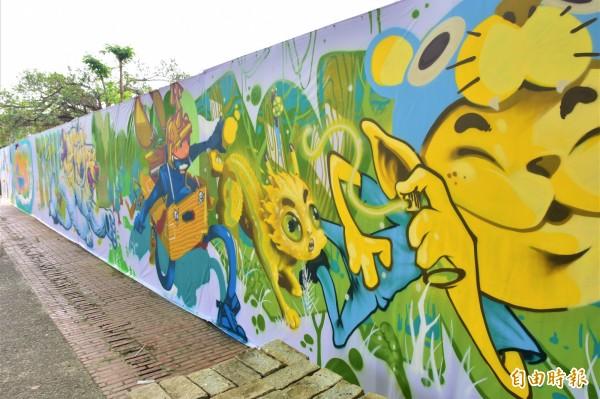 宜蘭市公所邀請五名插畫及塗鴉藝術家,為工地圍籬彩繪,今作品亮相,成為宜蘭市丟丟噹森林公園新的拍照點。(記者張議晨攝)