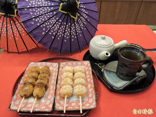 醬油糰子、黃豆粉糰子配上日本茶最對味。(記者張菁雅攝)