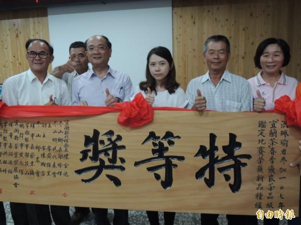 宜蘭茶春茶比賽今天頒獎,7年級的洪珮瑜(右3)拿下新品種組特等獎。(記者江志雄攝)