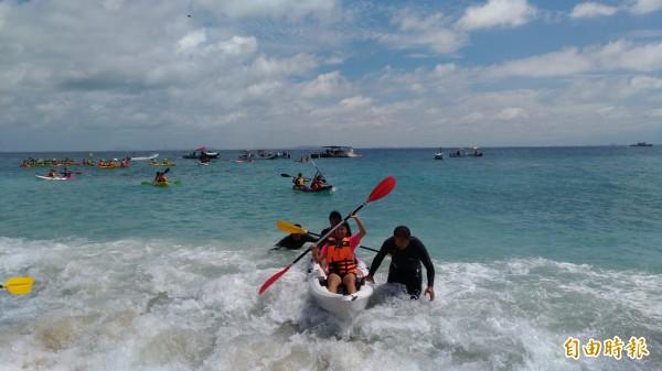 小琉球四面環海,全島沙灘都是白沙。(記者陳彥廷攝)