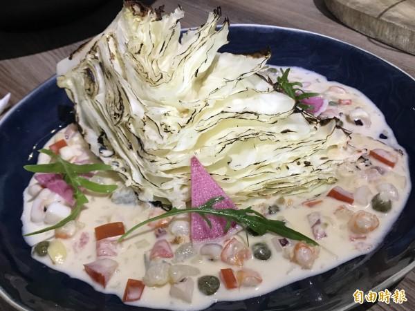 特殊的創意料理:65度C炙燒高麗菜。(記者黃良傑攝)