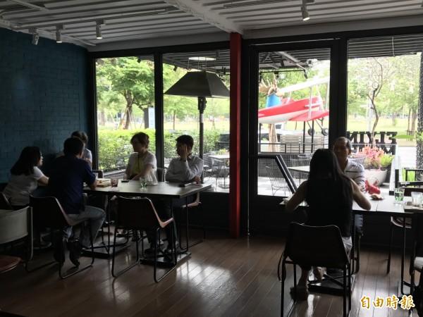 「飛天謎鹿」無國界貨櫃餐廳,內部裝潢悠靜,往外看是農十六公園綠地,視野景觀非常舒適。(記者黃良傑攝)