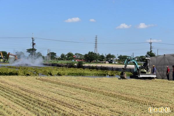 農民雇用怪手疏導泥漿減少損失。(記者葉永騫攝)
