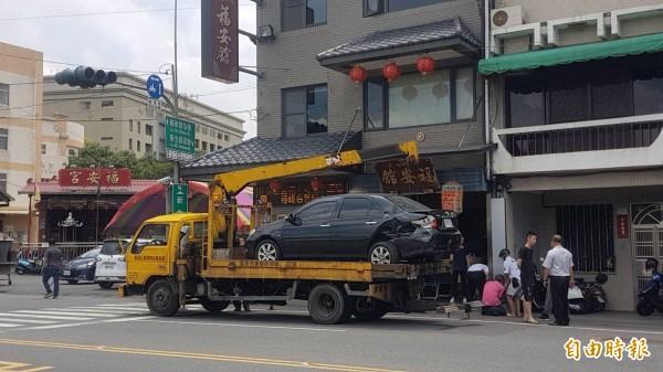 「代天巡府嘉邑福安舘」廟前發生車禍。(記者丁偉杰攝)