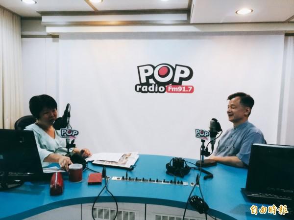 邱太三(右)15日上廣播節目,與主持人黃光芹對談馬案、扁案等議題。(記者吳政峰攝)