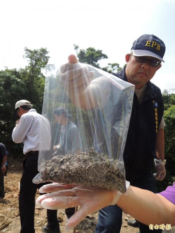 環保局人員採樣帶回化驗。(記者江志雄攝)