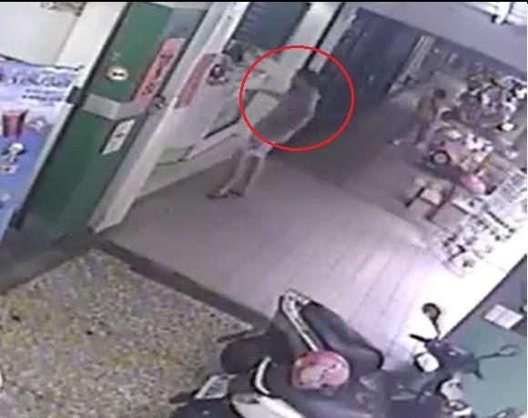 行竊的男子(紅圈處)在店家前面徘徊。(翻攝自臉書)