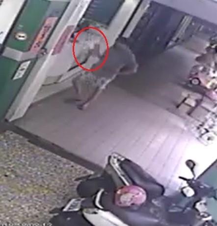 行竊的男子將愛心捐款箱(紅圈處)偷走。(翻攝自臉書)