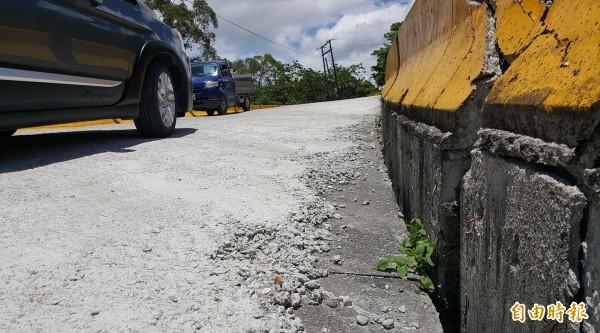 通往寶華山泥火山的唯一道路,塌陷嚴重,仍未修復。(記者王秀亭攝)