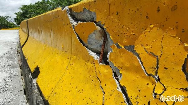 產業道路護欄已因路面塌陷而破裂,讓路過民眾憂心。(記者王秀亭攝)