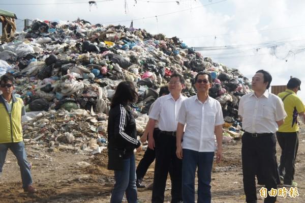 環保署長李應元視察湖西垃圾轉運站,了解澎湖垃圾問題。(記者劉禹慶攝)