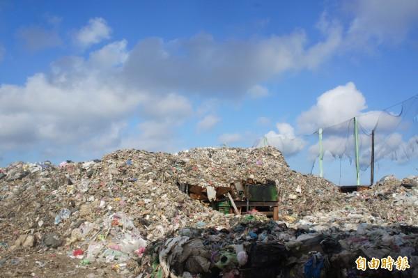澎湖垃圾已堆積如山,環保署表示二個月內解決。(記者劉禹慶攝)