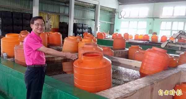 南投縣農會食品廠長吳連俊說明青梅醃製加工情形。(記者謝介裕攝)