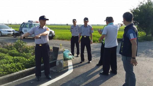 北港警分局員警會勘事故現場,提醒用路人行駛產業道路要減速,在路口時要互相禮讓,騎車一定要正確戴好安全帽。(記者黃淑莉翻攝)