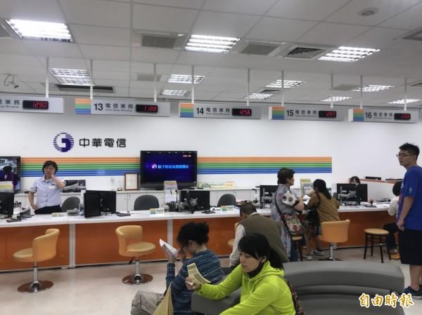 電信業者於母親節推出499方案,引爆全民申辦熱潮,基隆有中華電信門市員工工時長達16、17小時。(記者林欣漢攝)