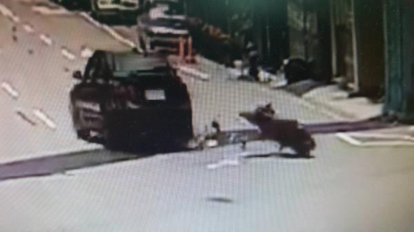 轎車撞上李女機車的瞬間。(記者蔡彰盛翻攝)
