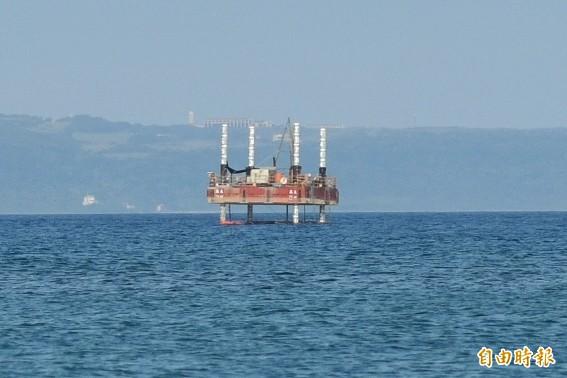 南灣海上出現奇特工作平台。(記者蔡宗憲攝)
