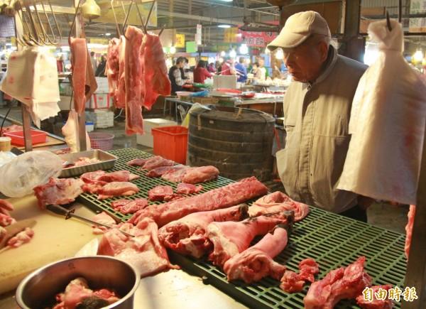 傳統零售市場豬肉價格近日悄悄調漲,民眾擔心端午節前會更貴。(記者陳冠備攝)