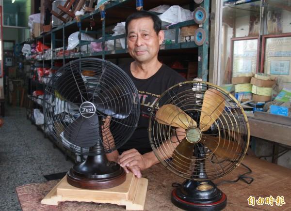 溪湖鎮民許望冬為滿足小時候的夢想,蒐藏不少骨董級電風扇。(記者陳冠備攝)