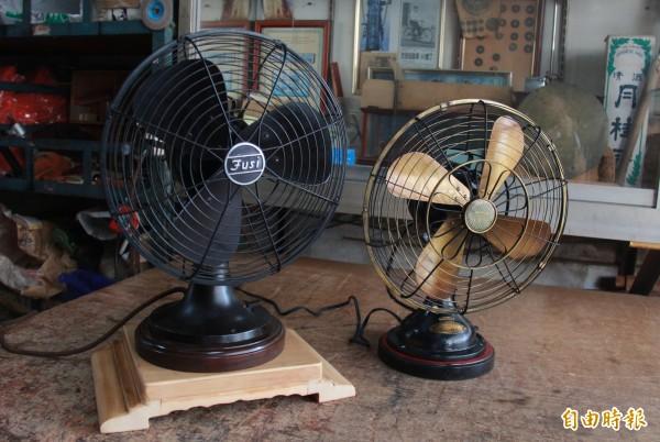 許望冬收藏50多台超過6、70年歷史的骨董電風扇,經整理、上油後,重新轉動新生命。(記者陳冠備攝)