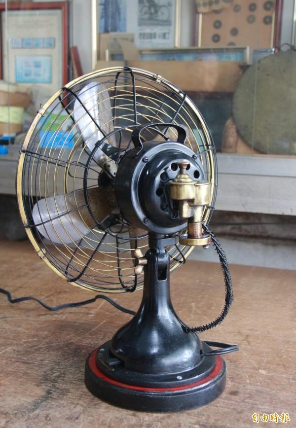 許望冬說,這些阿公級電風扇不只有3段風速,還有擺頭設計(馬達後方銅製機器)。(記者陳冠備攝)