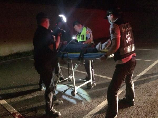 男子在舞廳前被擄凌虐重傷,扔棄火葬場哀嚎獲救,送醫急救中。(記者黃良傑翻攝)