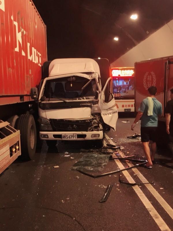 小貨車撞上貨櫃車,車頭變形,駕駛一度受困。(記者陳薏云翻攝)