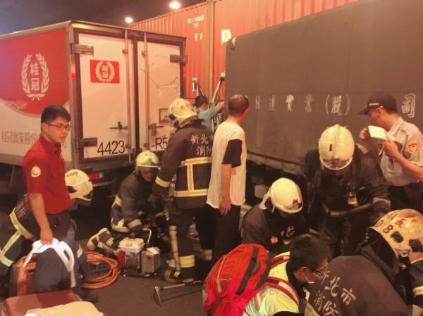 警消使用器具破壞小貨車車門救出駕駛。(記者陳薏云翻攝)