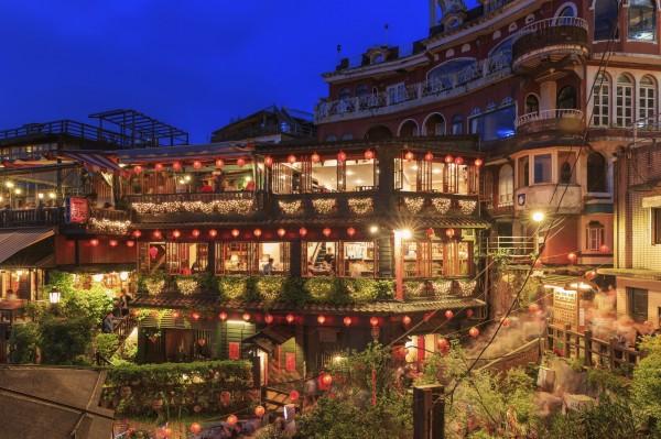 一盞盞大紅燈籠點亮整座山城,九份的夜景別有風味。(業者提供)