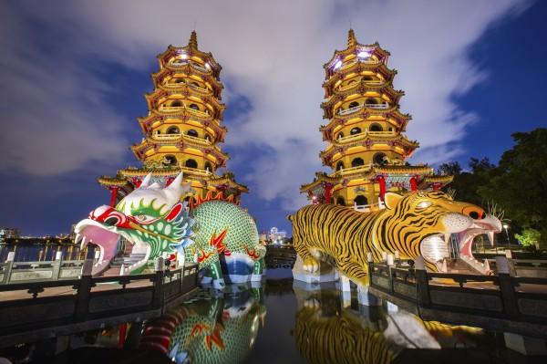 位於蓮池潭的龍虎塔充滿台灣文化特色,為高雄知名景點。(業者提供)