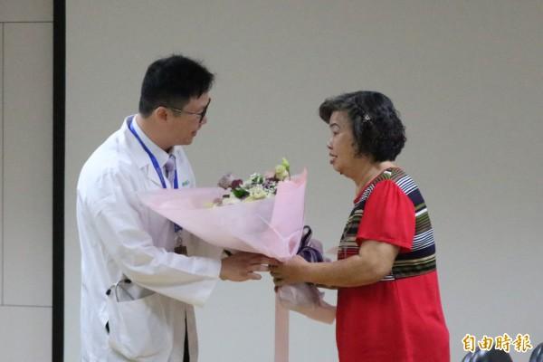 陳林女士今特地獻花給奇美醫學中心TAVI團隊,成功解決其心臟瓣膜疾病。(記者萬于甄攝)