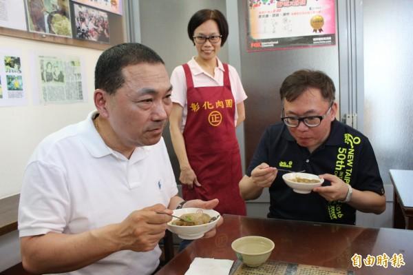 新北市副市長侯友宜今天中午到彰化市吃正彰化肉圓店的肉圓,被問及選情,他避重就輕。(記者張聰秋攝)
