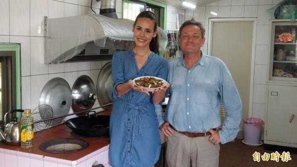 台英混血名模Natalie Pickles(左)回鄉推廣客家文化,國家地理頻道開拍。右為共同主持節目的Julian Davison。(記者蔡政珉攝)
