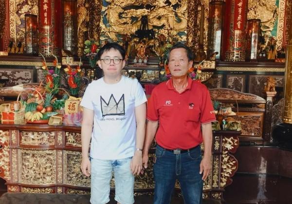 呂宗郁(左)昨天到官田慈聖宮參拜謝神還願,還當了神農大帝的契子,廟祝陳天進(右)高興看到他平安回來。(慈聖宮提供)